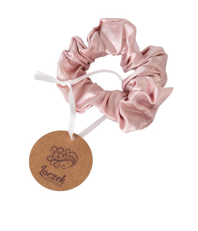 Loczek Jedwabna Scrunchie Kwiat Wiśni w kolorze delikatnie różowym w ozdobnym jedwabnym woreczku, gumka szeroka